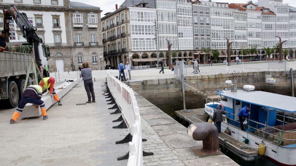 Colocación banco de piedra en La dársena de A Coruña