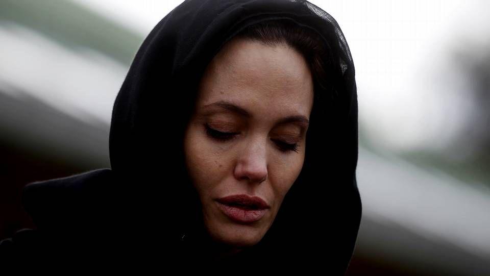 El agresor fue inmovilizado por los guardias de seguridad.Angelina Jolie durante su visita a Bosnia