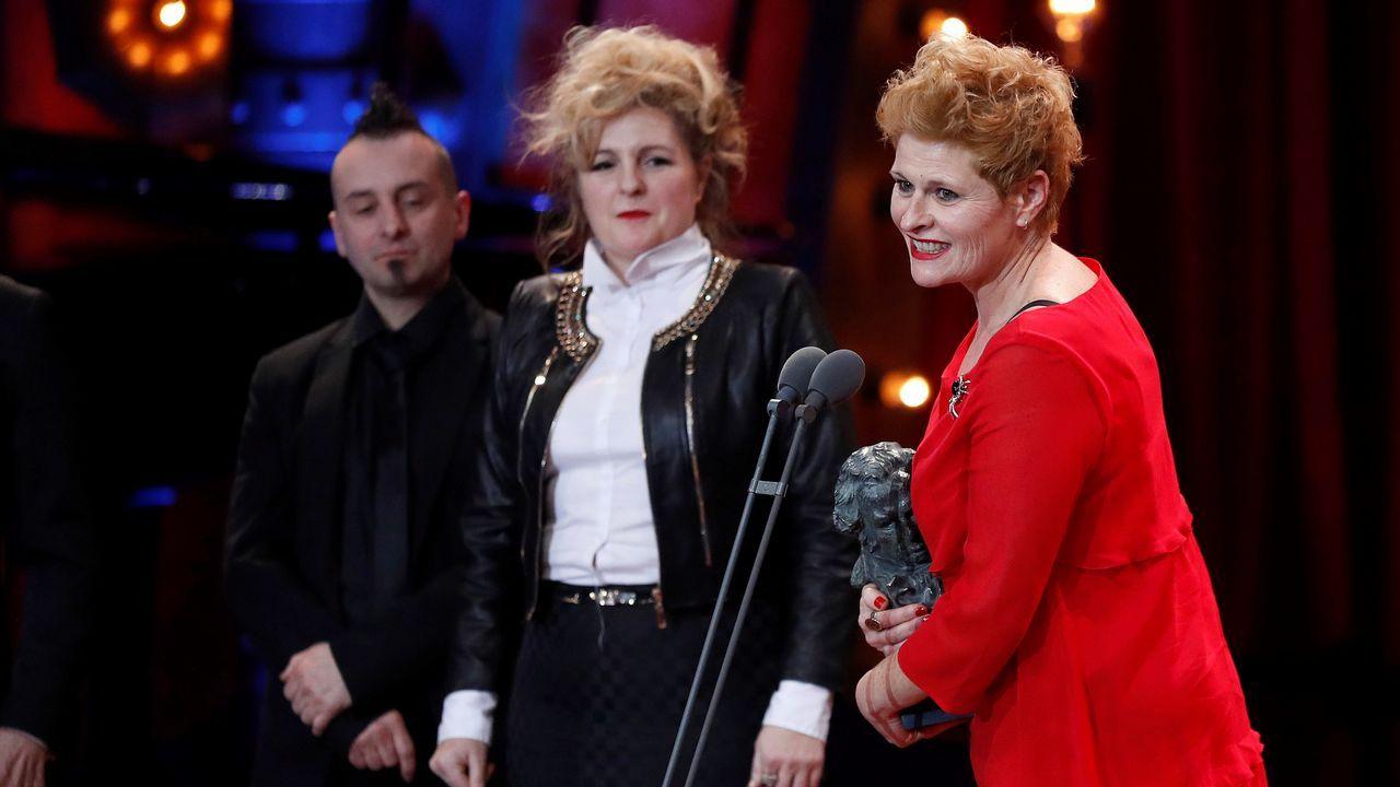 Ainhoa Eskisabel, Olga Cruz y Gorka Aguirre tras recibir el premio al Mejor mejor maquillaje y peluquería por su trabajo en «Handia»