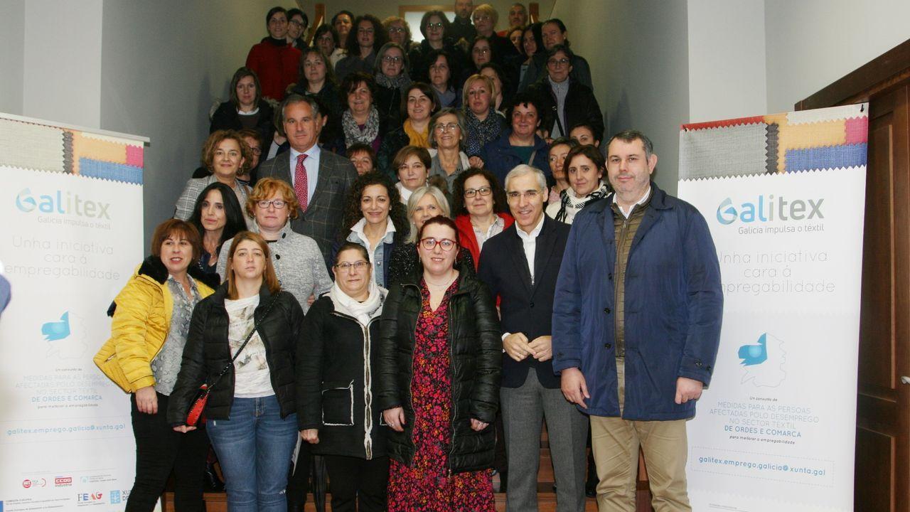 Mesa redonda energías renovables Naturgy.El monfortino Daniel Rodríguez —centro— en el momento de recoger el premio AJE para los jóvenes emprendedores