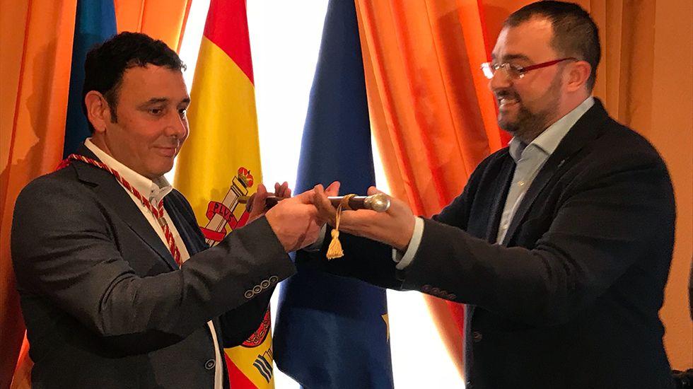 La central térmica de Soto de Ribera.Julio García toma posesión como alcalde de Laviana