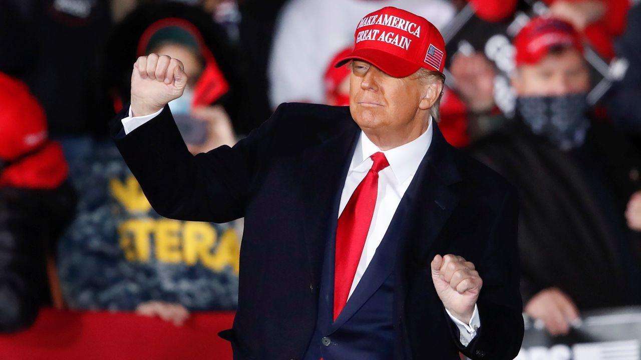 Trump baila sobre un escenario durante un acto de campala en el aeropuerto de Janesville