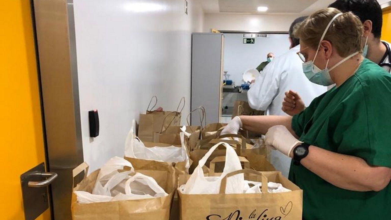 Personal de guardia del Chuac recibiendo comida de La Piadina