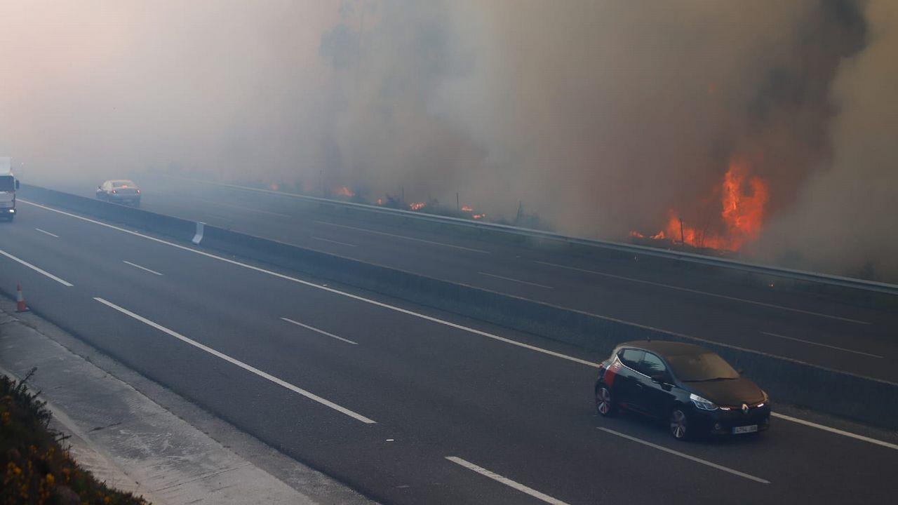 El incendio de Rianxo a su paso por la autovía