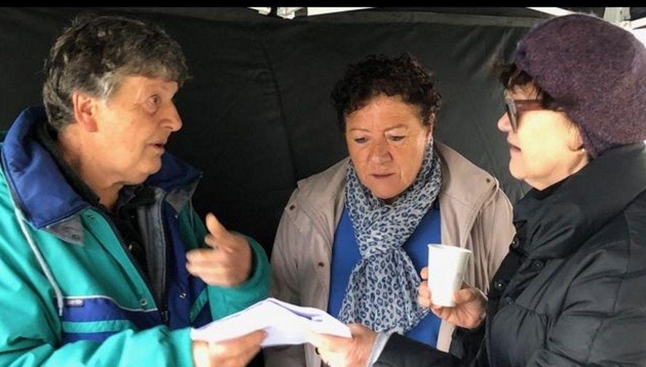 A directora.  Margarita Ledo (á dereita) fala con dúas das traballadoras durante a rodaxe, Nieves e Lela.