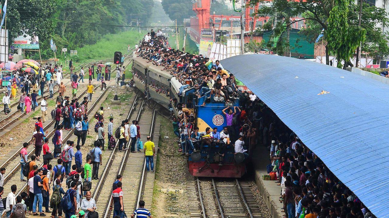 Un grupo de bengalíes apiñados sobre un tren en Daka, con motivo de la celebración musulmana del Eid al-Fitr