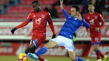 Diamanka y Folch pugnan por un balón en el Numancia-Real Oviedo