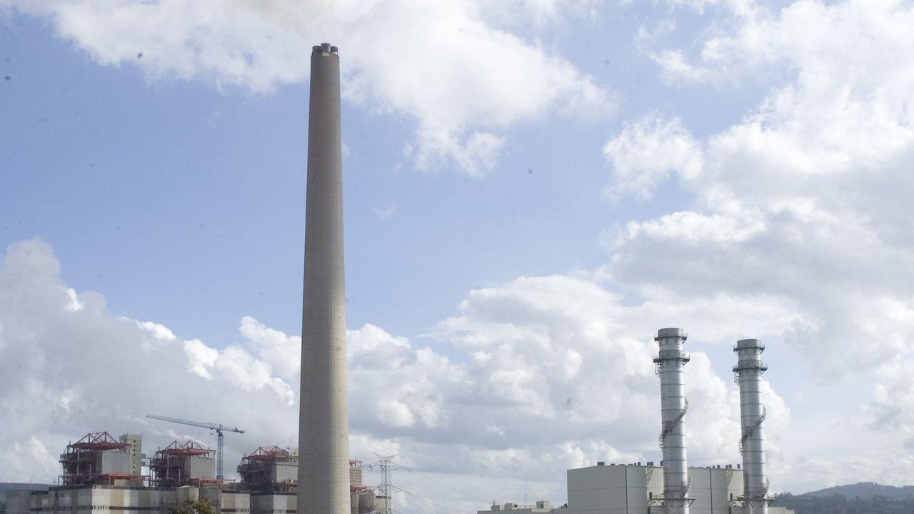 La central de carbón de As Pontes, a la izquierda, junto a la de ciclo combinado