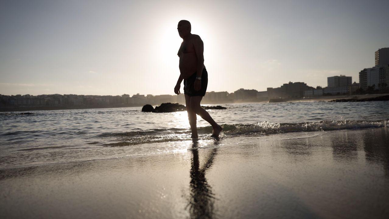 Primeros baños en la playa del Orzán (A Coruña) a las 8.00