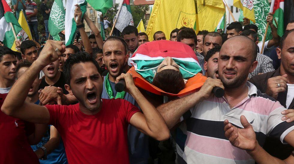 Ciudadanos palestinos protestan mientras portan el cadáver de Huzeifa Othman Suleiman, asesinado por el Ejército israelí durante los choques del día anterior.