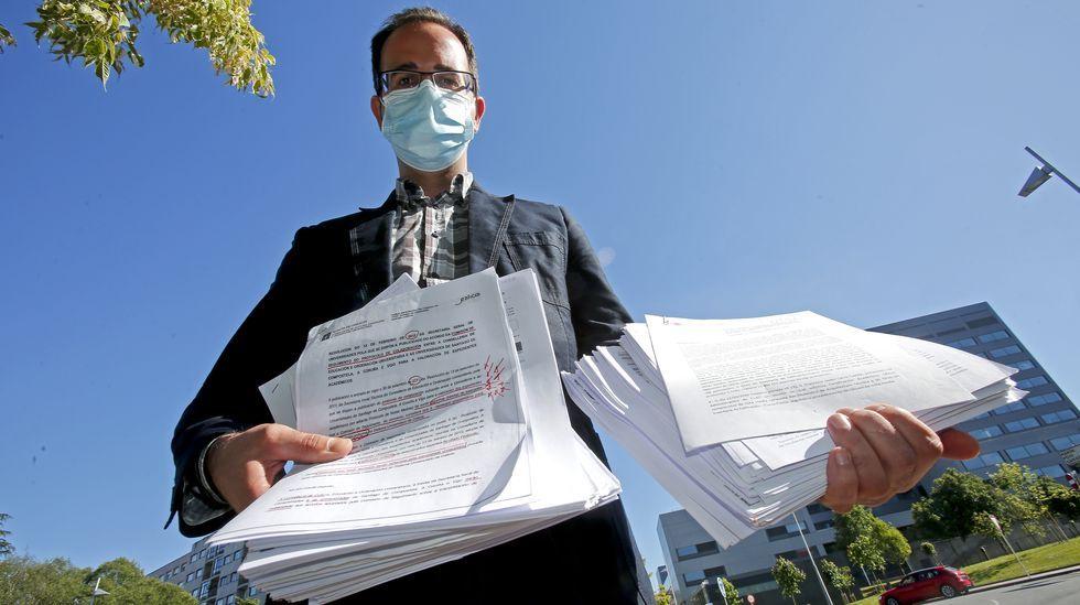 Javier Carro muestra todos los papeles que ha ido acumulando durante su proceso de reclamación de las notas