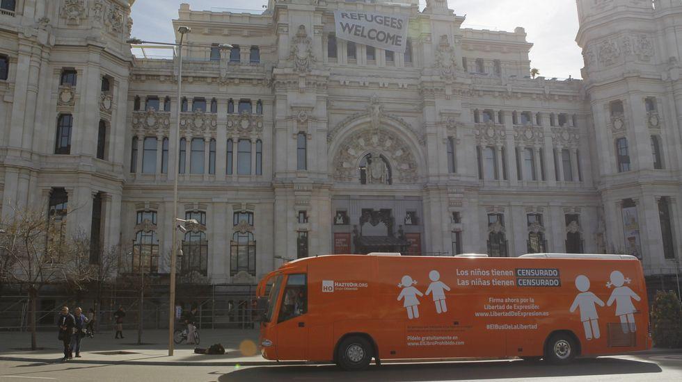 El nuevo autobús que HazteOir ha puesto hoy en marcha con los lemas «Los niños tienen CENSURADO. Las niñas tienen CENSURADO»