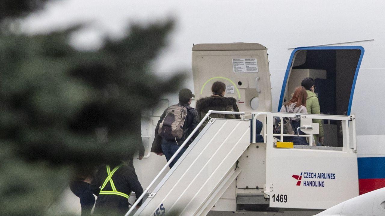 Los diplomáticos rusos embarcan en el vuelo especial enviado desde Moscú