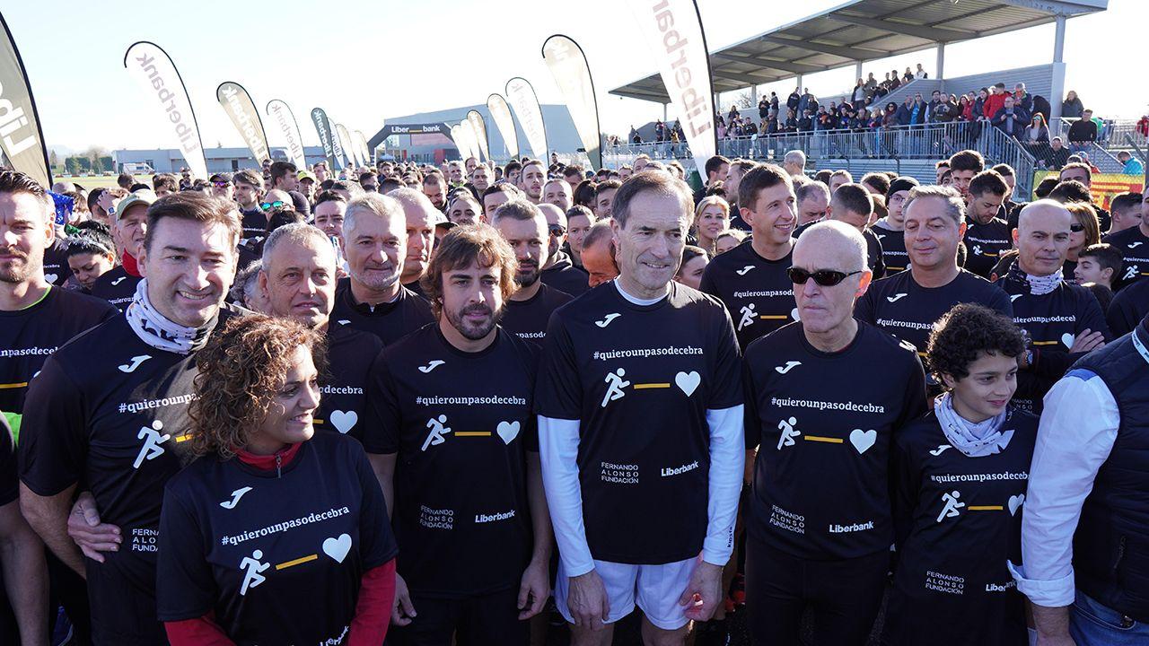 Fernando Alonso junto a Manuel Menéndez y Beatriz Fernández, en la carrera solidaria