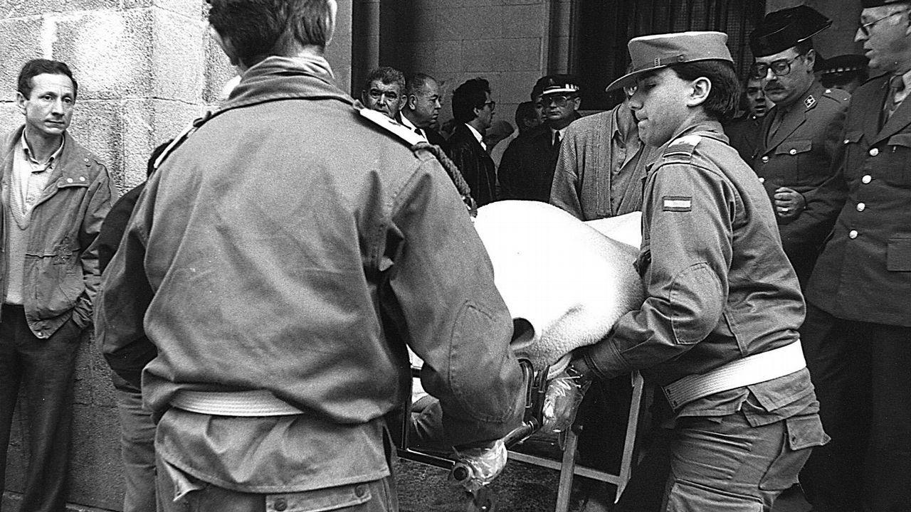 La salida de los cadáveres de la sede bancaria impresionó a los curiosos arremolinados en el lugar