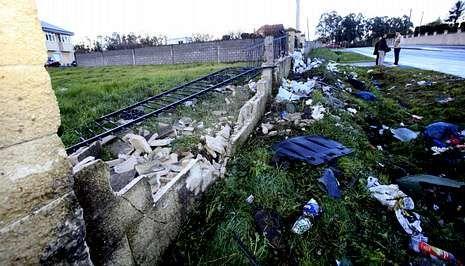 Un BMW derribó un muro y la verja en la carretera de Razo, en la salida de Carballo