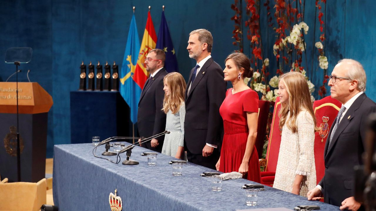 Los reyes Felipe y Letizia, junto a la princesa Leonor (2i) y la infanta Sofía (2d); el presidente del Principado de Asturias, Adrián Barbón (i) y el presidente de la Fundación Princesa de Asturias, Luis Fernández-Vega (d), durante la ceremonia de entrega de los Premios Princesa de Asturias 2019 que se celebra este viernes en el Teatro Campoamor de Oviedo