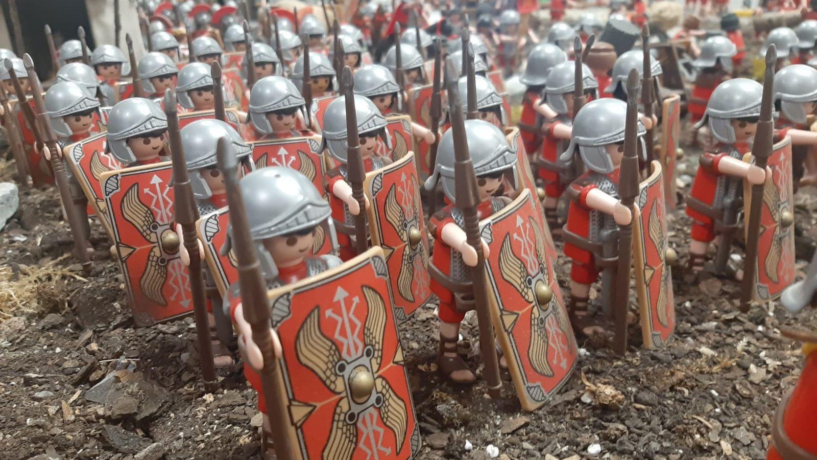 Exposición romana en Aller con playmobils.Punto de vacunación en el pabellón de Perchera-La Braña, en Gijón