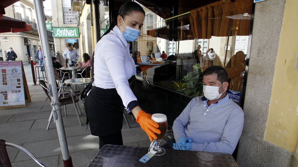 Los clientes con mascarilla son minoría en las terrazas de la zona peatonal de Monforte