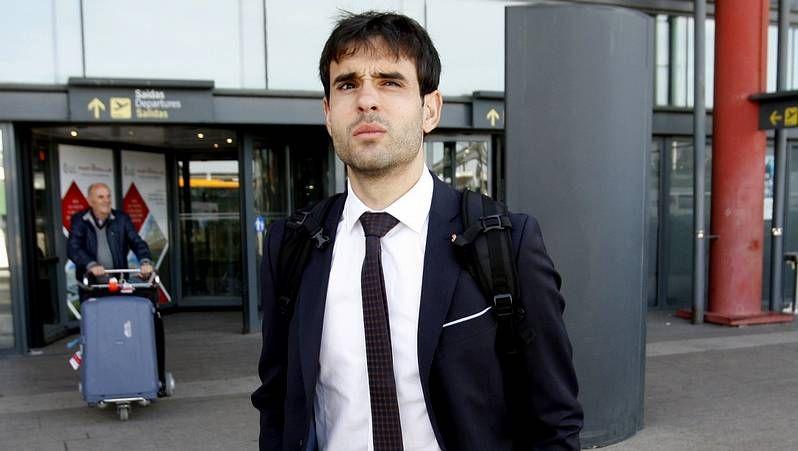 Caras largas en la llegada del equipo a Peinador.Fabián Orellana tiene muchas opciones de recuperar la titularidad en la contienda del lunes.