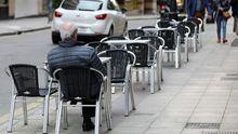 Un hombre descansa en la terraza de un bar de Oviedo