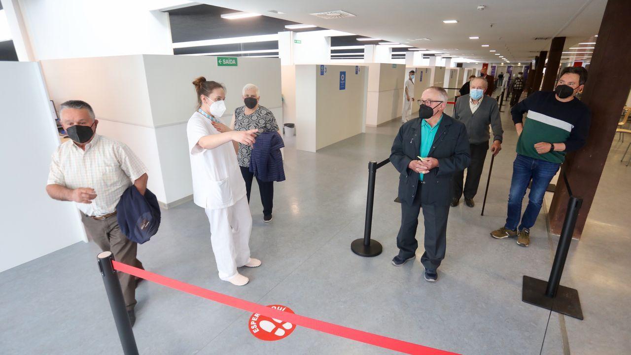 Primer día de vacunación en el HULA para las personas de entre 75 y 79 años.Alberto y Alona se trasladaron de Madrid a una aldea deshabitada de Muras