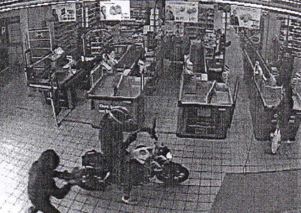 Un motorista y su cómplice atracan con pistola un supermercado.