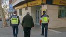 La policía acompaña a una víctima para recuperar el dinero de la extorsión