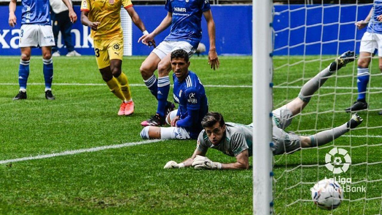 gol Barcenas Grippo Femenias Girona Real Oviedo Carlos Tartiere.Grippo y Femenías observan cómo el disparo de Bárcenas se convierte en gol