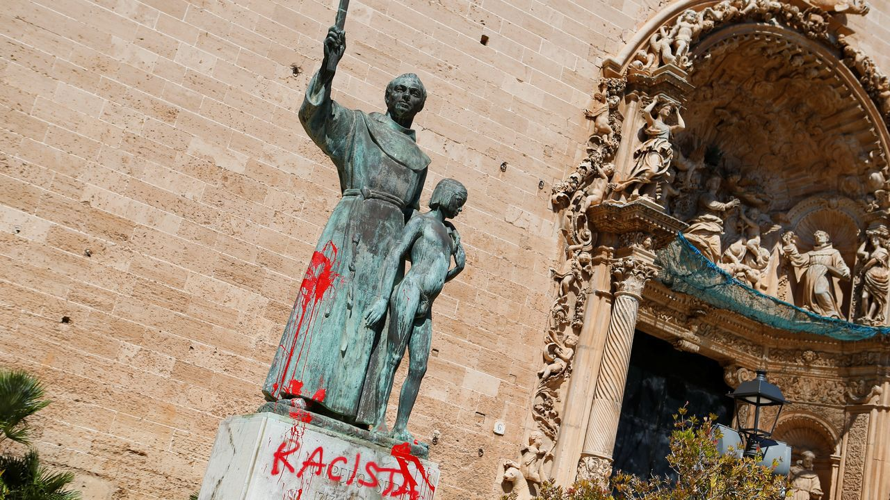 La estatua dedicada en Palma en la Plaza de Sant Francesc a Fray Junípero Serra ha amanecido este lunes con la palabra  racista  pintada en su base color rojo, al día siguiente de la que la concejala de Justicia Social, Sonia Vivas, cuestionara la obra de este religioso en tierras americanas.