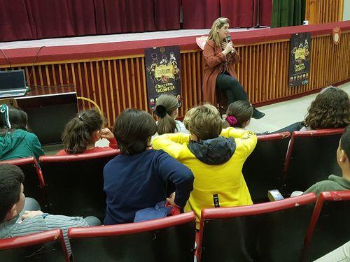 Día Internacional das Bibliotecas.Estudiantes de la escuela universitaria de turismo de A Coruña en la Porta da Alcazaba, una de las entradas del antiguo burgo amurallado de Monforte, en una imagen de archivo