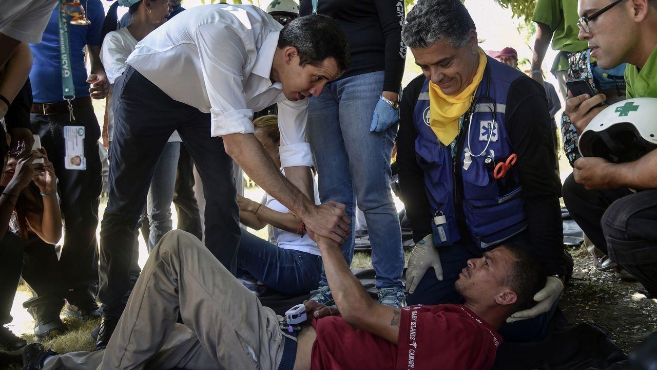 Adiós a un símbolo del «narcoterrorismo» en Colombia.Juan Guaidó saluda a un voluntario que se desmayó durante una manifestación en Caracas