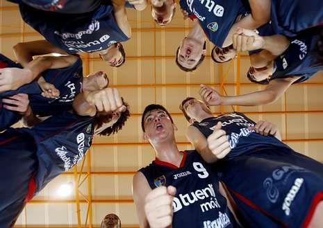 Los jugadores del Estudiantes, celebrando su exigido triunfo ayer sobre el Gran Canaria.
