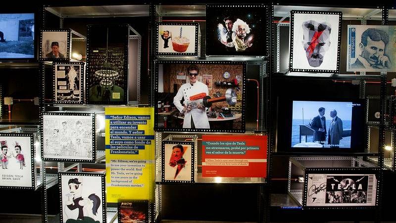 La vida de David Bowie en imágenes.Portela posa con un poema de Angela Rawlings sobre el rostro.