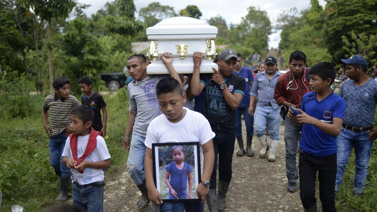 Un niño porta una foto de la niña guatemalteca de siete años Jakelin Call, fallecida mientras estaba custodiada por agentes de fronteras de EE.UU.