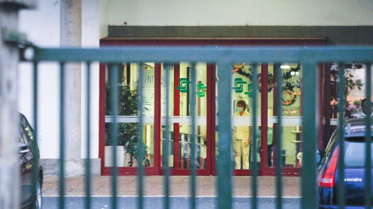 El balance de once sanitarios cuando se cumple un año de la llegada del covid a Ferrol.Entrada al CAMF, donde se registró un brote con cuatro positivos entre los trabajadores