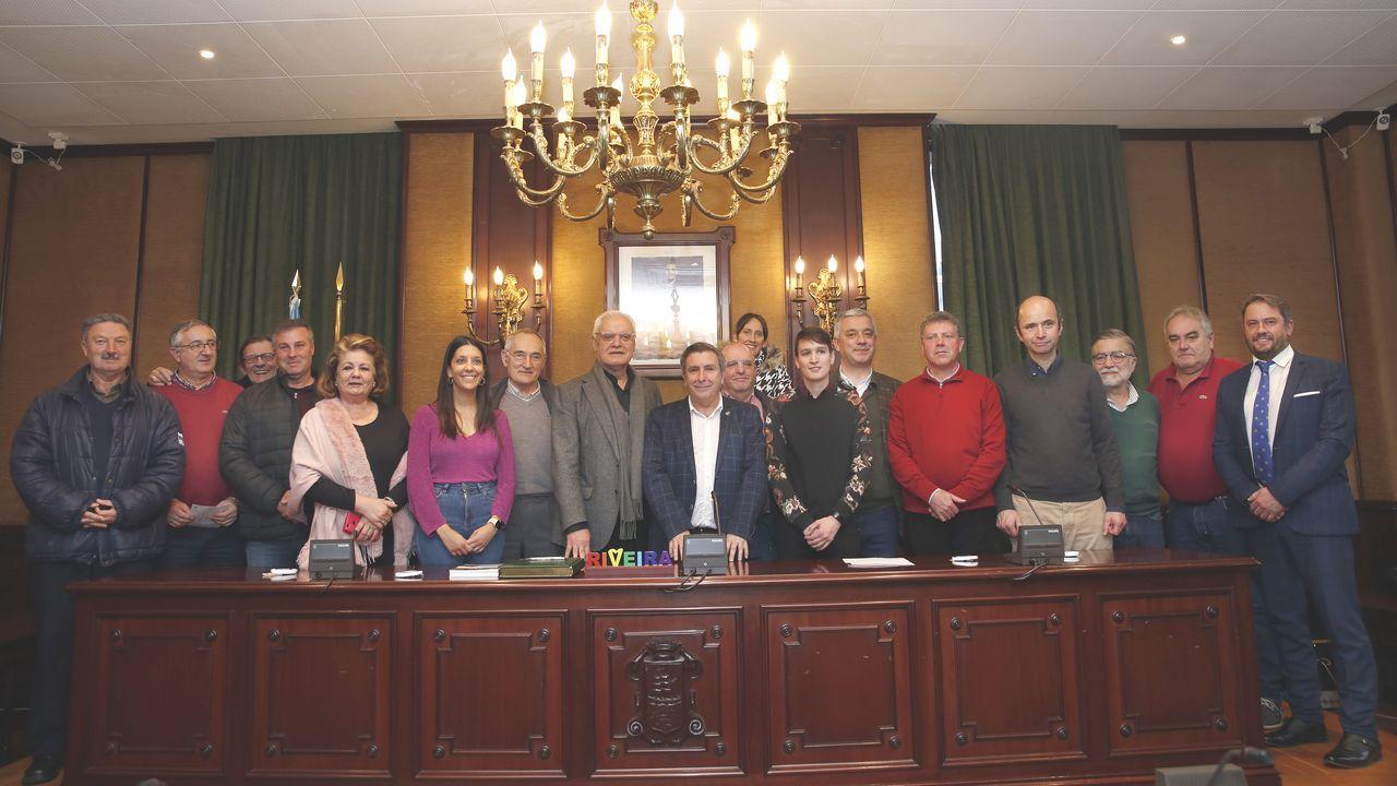 Foto de familia. Miembros de todos los partidos de la corporación (PP, PSOE, BNG, Suma Ribeira y PBBI) inmortalizaron el momento acompañados de Antón Santamarina, Víctor Fernández Freixanes (ambos a la izquierda de Ruiz), así como de Valentín García (a la derecha de Luis Pérez Barral).