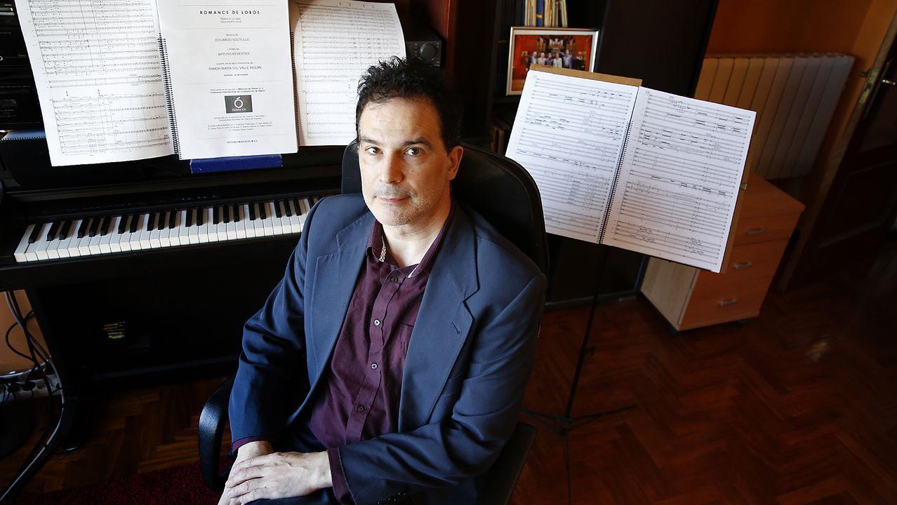 El premio reportará 18.000 euros a Soutullo, en una foto de archivo posando con la partitura de su ópera «Romance de lobos», que aún no ha logrado estrenar