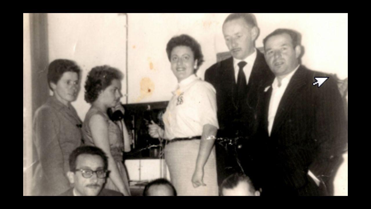 Álbum con fotos de los 300 comensales en la romería de Silán, recuperada después de 56 años.José Cao Durán, panadero de Silán en Madrid