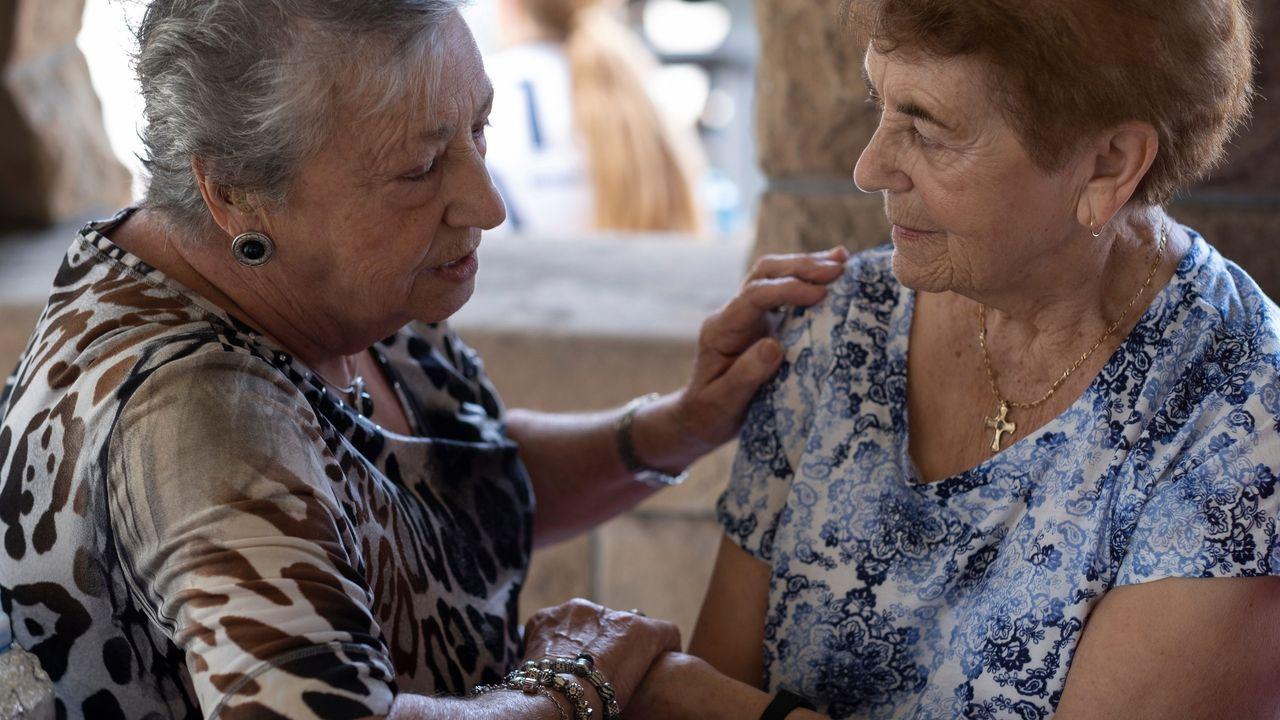 María Teresa Santamaría y Cristina Gómez conversan en el Parque Centennial, de Sídney, en donde cada sábado se reúnen decenas de españolas que llegaron en la década de los 60