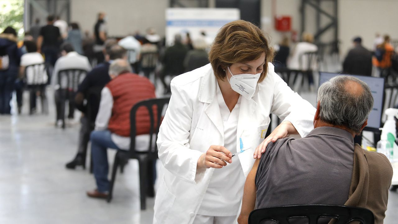 India se quedó sin espacio en los crematorios.Pacientes accediendo al centro de salud de Vite, en Santiago