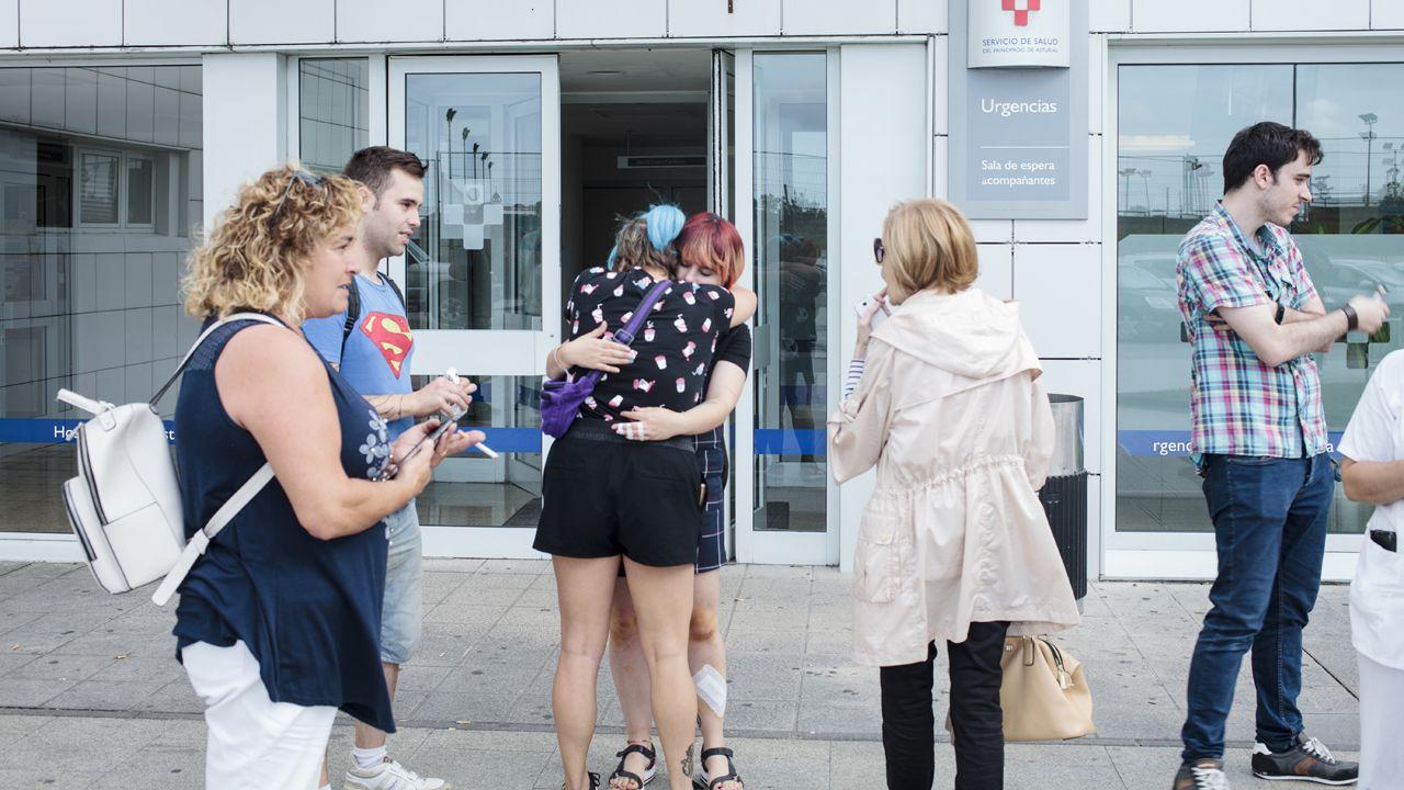 Avilés calla por las víctimas.Una de las heridas del accidente, Alba Caride, de frente, se abraza a su amiga Mónica tras recibir el alta en el hospital de San Agustín