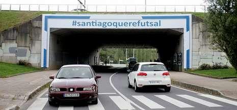 Una portería gigante adorna el túnel de Fontes do Sar con el lema #santiagoquerefutsal.