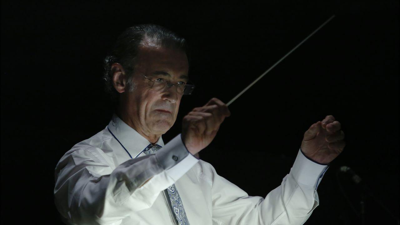 Gómez Martínez, dirigiendo uno de los ensayos de «Don Giovanni» en el teatro Colón