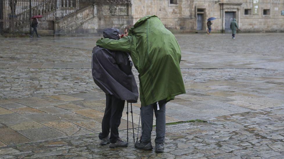 El temporal en Galicia.Santiago Abascal saluda a los asistentes al mitin de Vox celebrado en Vigo durante la campaña electoral del 10N