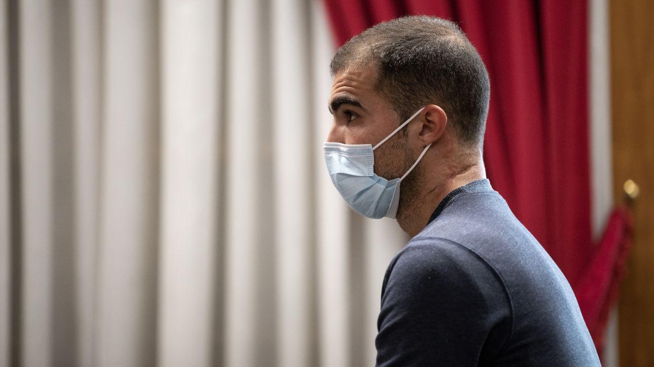 Así fue la detención de tres narcos en Olloniego.Familiares de los detenidos en la macrorredada antidrogas, aguardando noticias delante de los juzgados de Ferrol