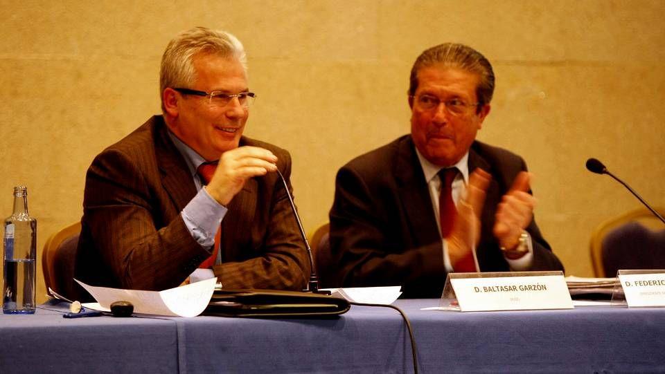 Baltasar Garzon y Federico Mayor Zaragoza en una conferencia en Santiago en el año 2010