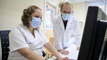 Imagen de archivo de dos enfermeros en el centro de salud de Fingoi
