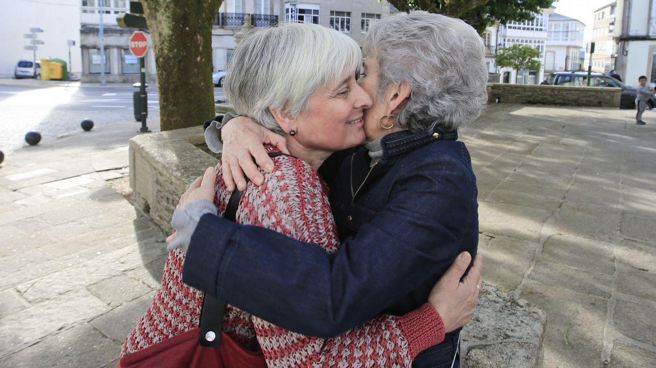 Elba Veleiro (izquierda) puede ser la alcaldesa de Vilalba, el concello natal de Fraga, después de 40 años de gobiernos de derechas. En la imagen, saluda a la viuda del fundador de la agrupación socialista de la localidad