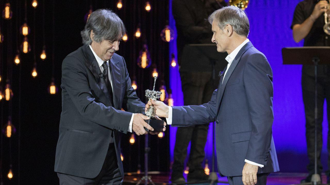 El cineasta Agustín Díaz Yanes entrega el premio Donostia 2020 a Viggo Mortensen en el Kursaal de San Sebastián